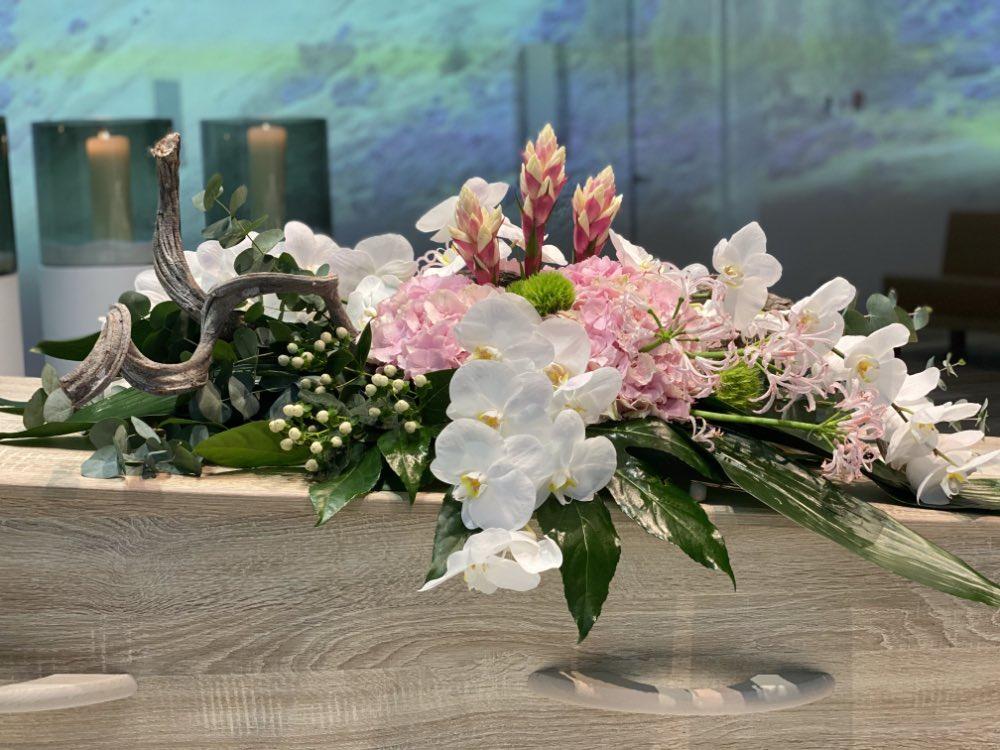 bloemen op de kist uitvaart regelen